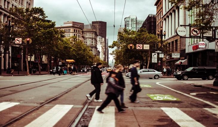 Около пешеходците...