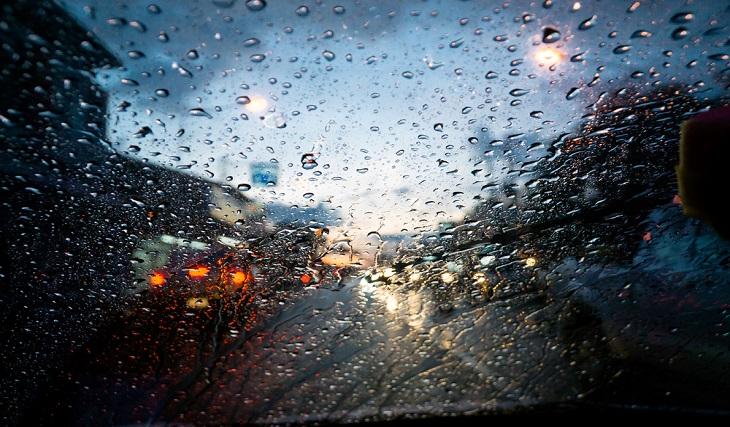 Шофиране по хлъзгав и влажен път